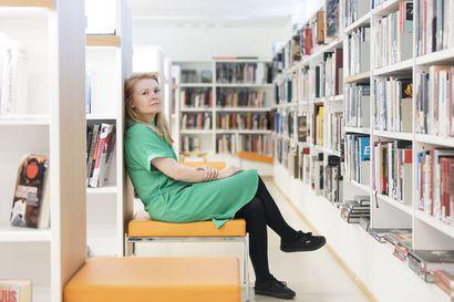 """Miten kirjailija kestää epävarmuutta ja arvostelua? Saara Turunen kertoo teoksen etenemisestä ideasta kirjaksi – """"Teen töitä muutaman tunnin, ja sitten olen väsynyt"""""""