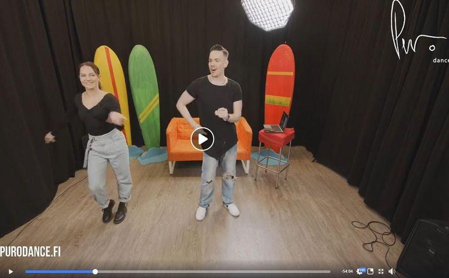 Tanssijat Matti Puro ja Katri Mäkinen vetivät Facebookin kautta livelähetyksenä lattaritanssitunnin, jossa opeteltiin salsan ja cha chan koreografioita. Kuvakaappaus viime sunnuntain opetussessiosta.