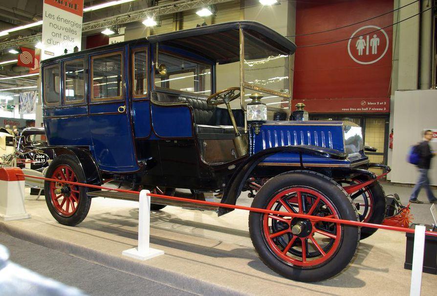 Sähkömoottorilla varustettua Kriegeriä valmistettiin monilla korimalleilla. Tämä vuoden 1908 yksilö oli suunnattu yläluokan käyttöön. Kriegereitä oli runsaasti myös takseina.