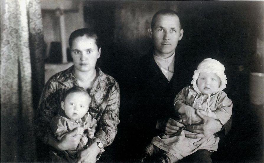 Nikolai vaimonsa Annan ja lastensa kanssa 1920-luvun jälkipuoliskolla.