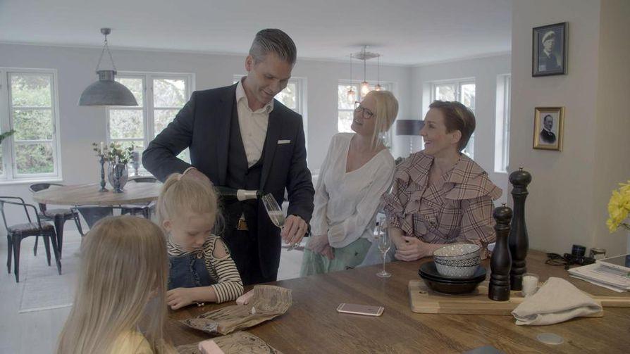 Maria Veitola yökyläilee Linda Lampeniuksen ja tämän perheen kotona Tukholman Brommassa.