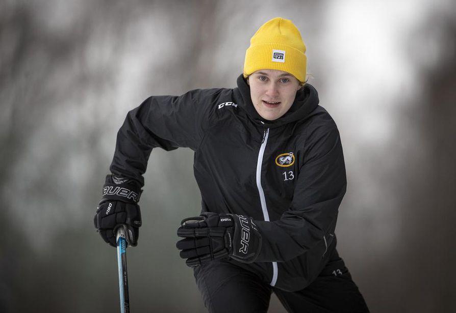Rovaniemen kasvatti Aino Karppinen on luistellut vauhdilla kiekkokartalle. Kärppien taitava puolustaja kärkkyy läpimurtoa myös Naisleijonien  vakiokokoonpanoon.