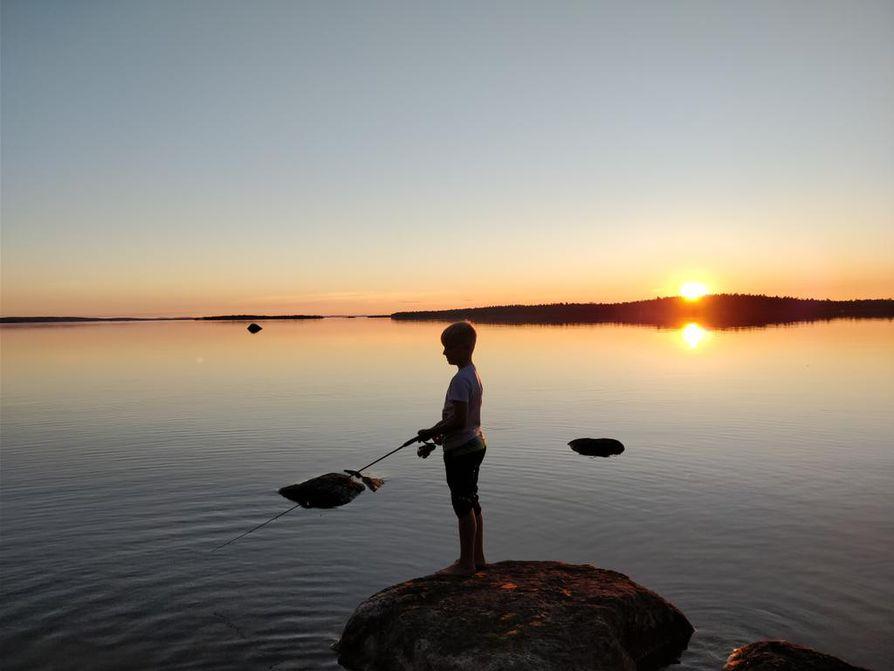 Inarijärven yötön yö lumoaa nuoren kalamiehen.