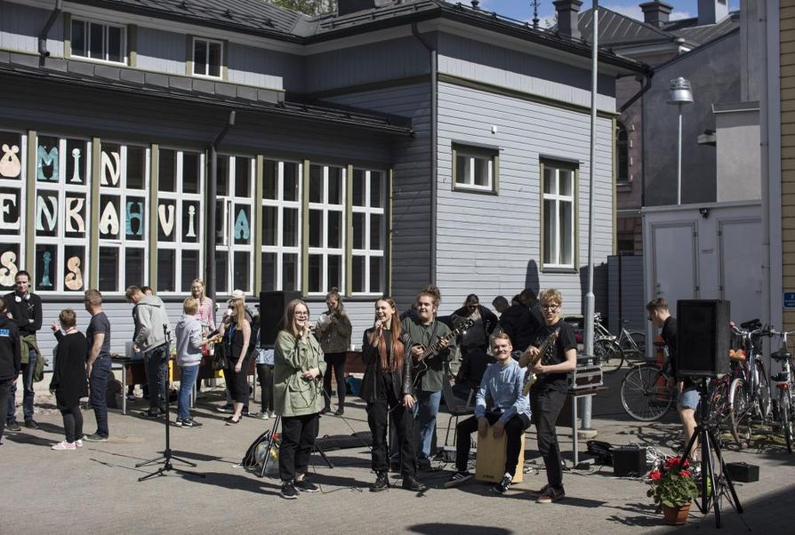 Kesämuusikoiden laulajia Oona Pietilää (vas.) ja Anna Jacksonia säestävät Juho Karvonen, Santeri Saari sekä Matti Korhonen (oik.)  Allsång på Byström -tapahtuman keikalla.