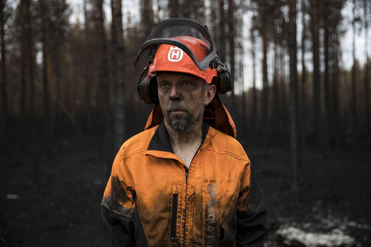 Töissä tuhon keskellä: Jälkisammuttajien uurastus on Muhoksen palaneen metsän ainoa elämän merkki – katso pysäyttävä kuvakooste ja video