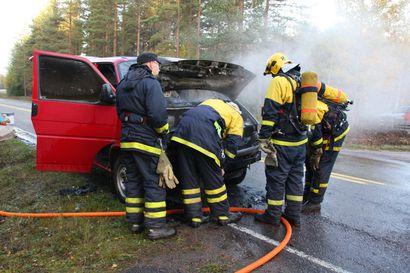 Sähköauton akku saattaa syttyä palamaan  jopa vuorokausi törmäyskolarin jälkeen –sammuttaminen haastavaa pelastajille