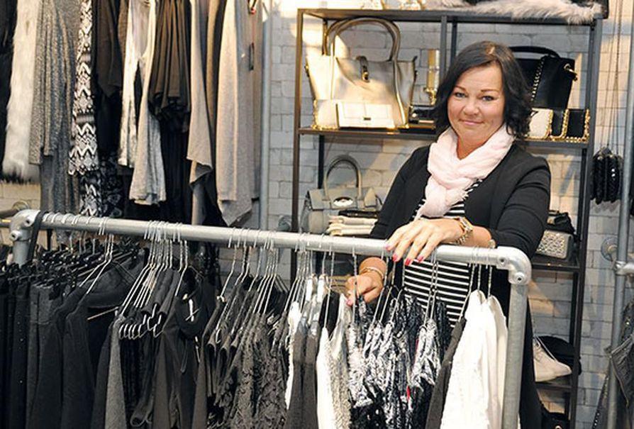 Merja Hartikainen tuo itse  maahan myymänsä vaatteet,  minkä johdosta yksi välikäsi  poistuu ja hän voi myydä  vaatteita edulliseen hintaan.