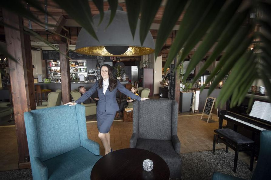 """Tavoitteena on nostaa koko hotellin tasoa"""", kertoo hotellinjohtaja Tarja Karvola. Baari saattaa olla jatkossa vaikka vastaanoton yhteydessä. Kansainvälinen matkailija on myös tottunut saamaan ruokaa mihin aikaan tahansa."""