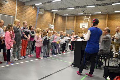 Harjoitukset vauhtiin – Pudasjärven Suomi 100 -projektikuorossa laulaa yli 100 lasta