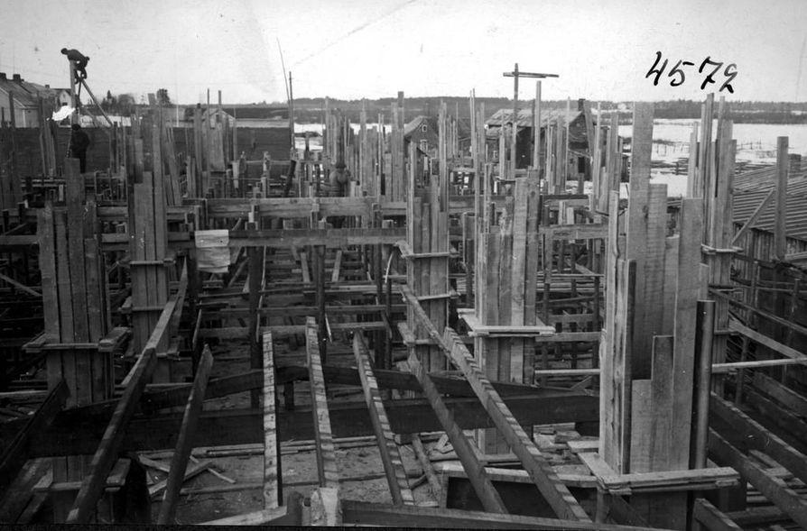Nuottalan rakentajilta vaadittiin kiipeilijän luonnetta. Oulu Oy:n seitsemänkerroksinen kerrostalo yhtiön työläisille tehtiin 1945–46.