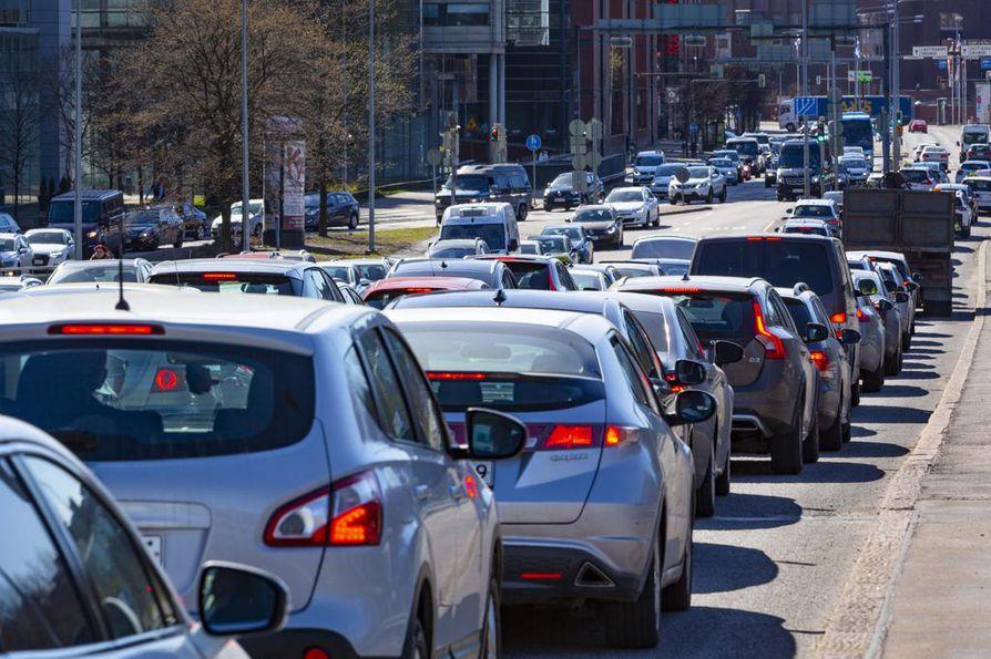 Voisivatko ruuhkamaksut tai tienkäyttövero olla ratkaisuja liikenneruuhkiin? Arkistokuva Helsingistä.