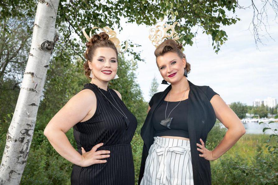 Emma Kurkinen (vas.) ja Anna Peltomaa muodostavat Peltokurki-duon. He ovat sonnustautuneet keikkaa varten mietittyyn visuaaliseen ilmeeseen, jonka päähineet on laatinut Essi Jylhä ja korut Emilia Aarnio.