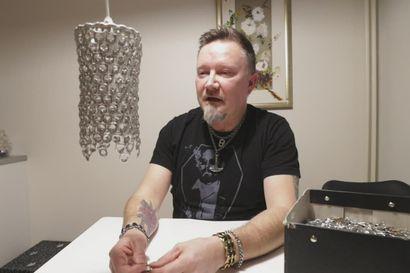 Petri Nurmela tekee tölkkien klipsuista lampunvarjostimen