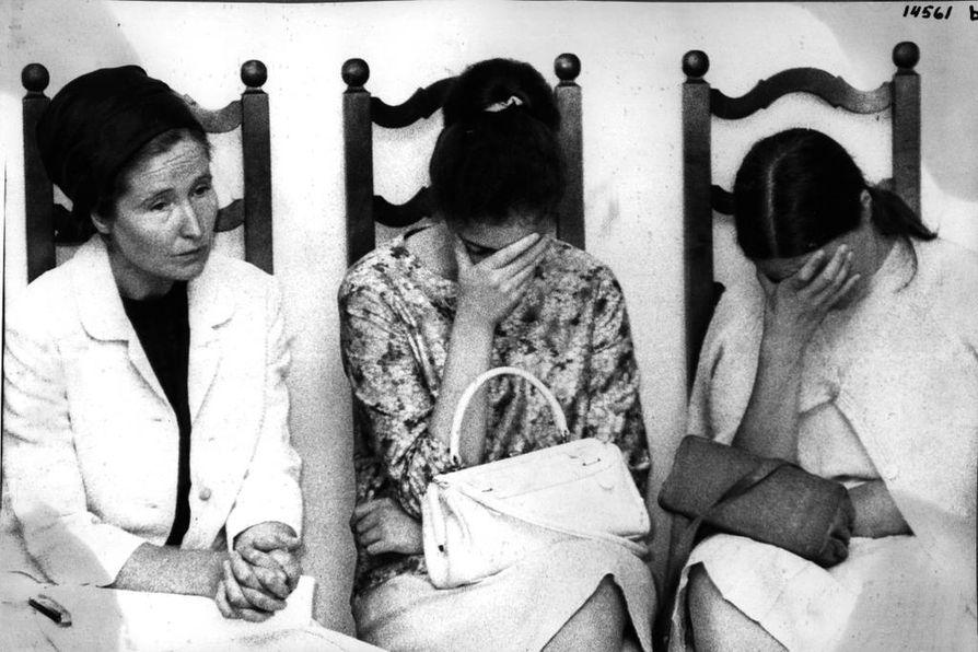 Heinoslaiset odottamassa oikeudenkäynnin loppulausuntoja Oulussa elokuussa 1967.