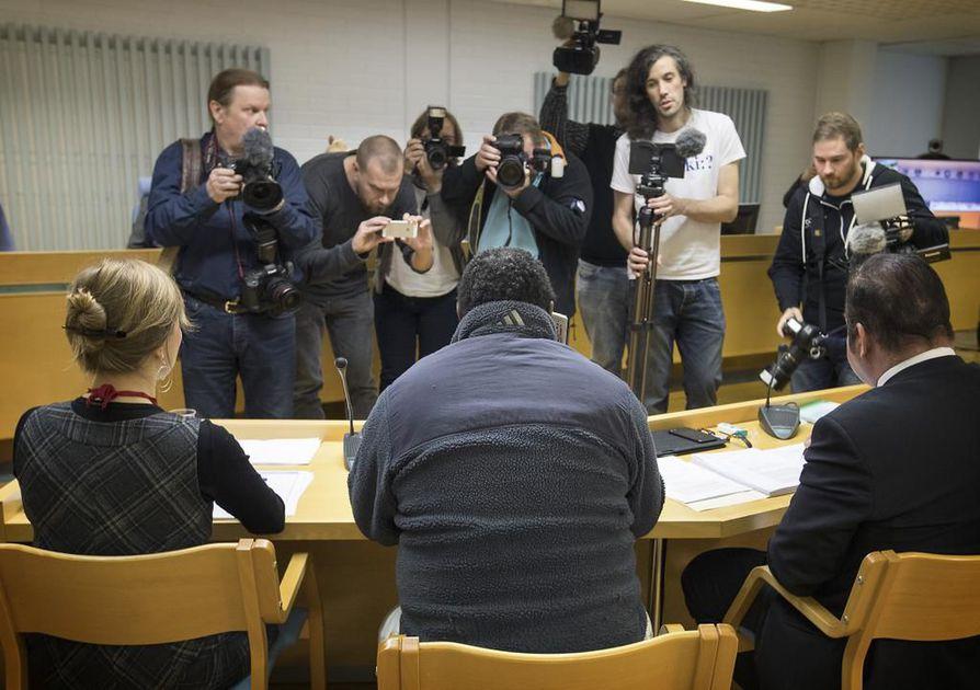 Insestioikeudenkäynti alkoi keskiviikkoaamuna Oulun käräjäoikeudessa.