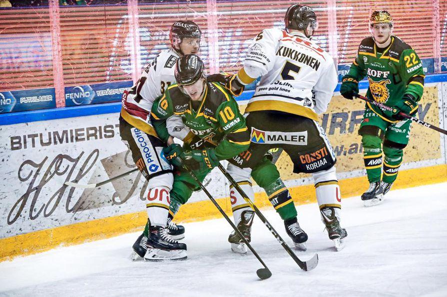 Nicklas Lasu ja Lasse Kukkonen pitävät Ilveksen kapteenin Eemeli Suomen nuhteessa.