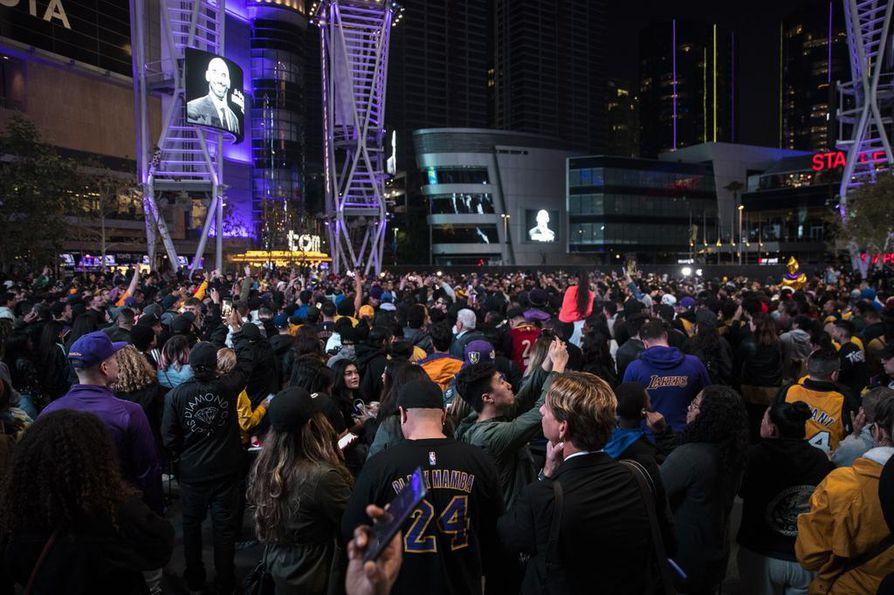 Tuhannet Los Angeles Lakersin kannattajat tulivat suremaan Bryantin kuolemaa kotiareenan lähelle.
