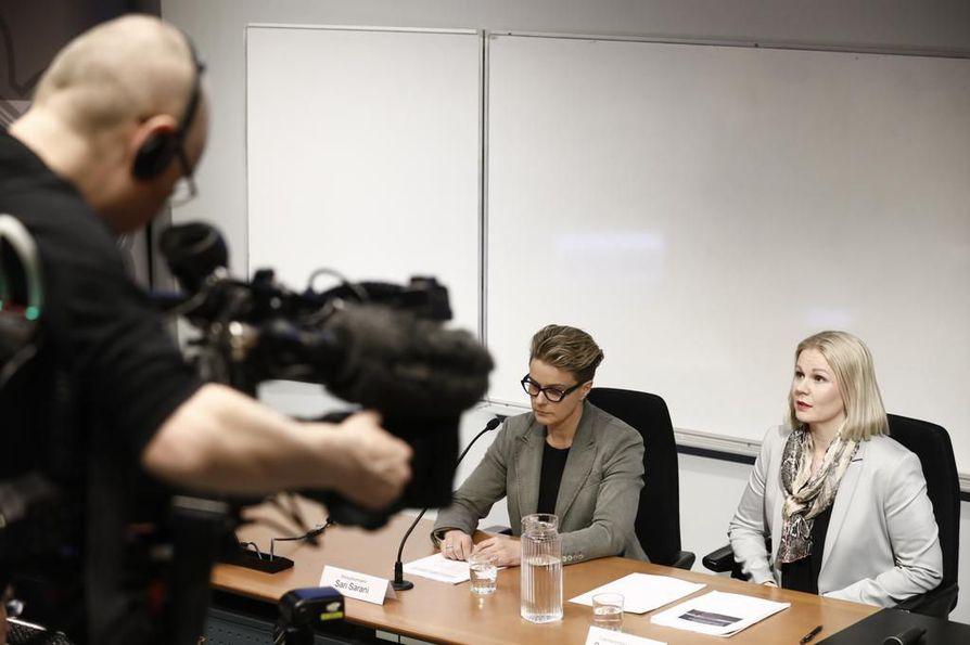 Rikosylikomisario Sari Sarani ja rikoskomisario Sanna Springare (oikealla) kertoivat laajasta seksuaalirikosvyyhdistä tiedotustilaisuudessa lopputalvesta. Arkistokuva.
