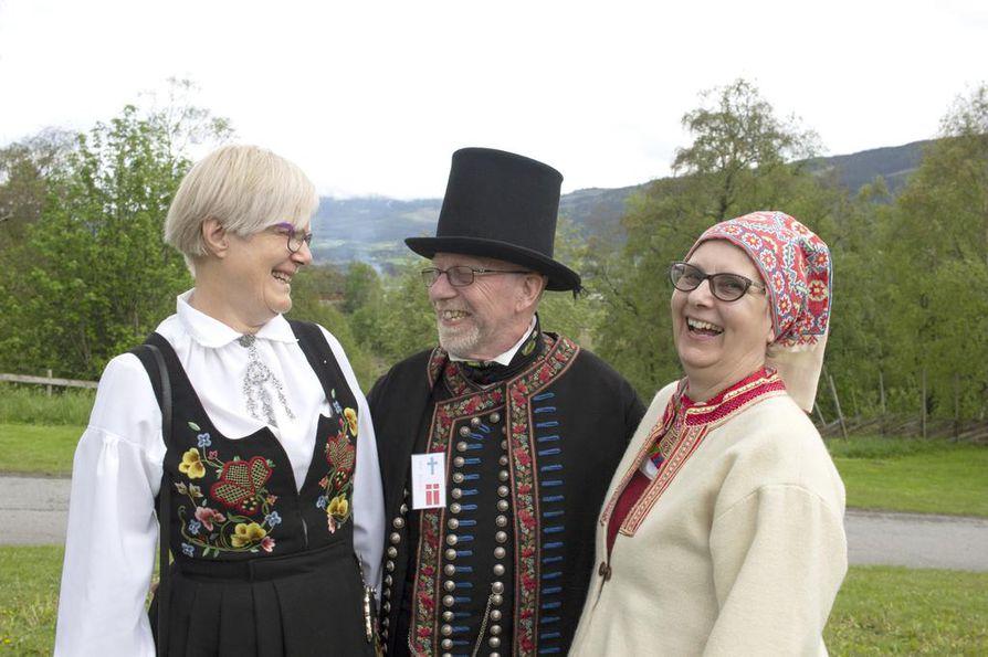 Kirsti Lier Ramberg, John Nielsen ja Riitta Pienihäkkinen pääsivät vaihtamaan kuulumisia, kun neljän ystävyyskaupungin tanssiharrastajat kokoontuivat kesäkuun alussa Lillehammerin kupeessa.