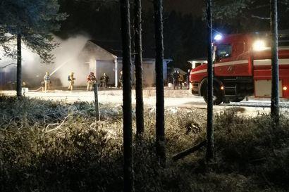 Autotalli kärsi pahoja vahinkoja tulipalossa Lumijoella – palon sytytti todennäköisesti sähkölaite