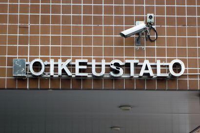 Mies sytytti hätäsoihdun katsomossa kesken AC Oulun jalkapallopelin, oikeus tuomitsi yli 1000 euron sakkoihin