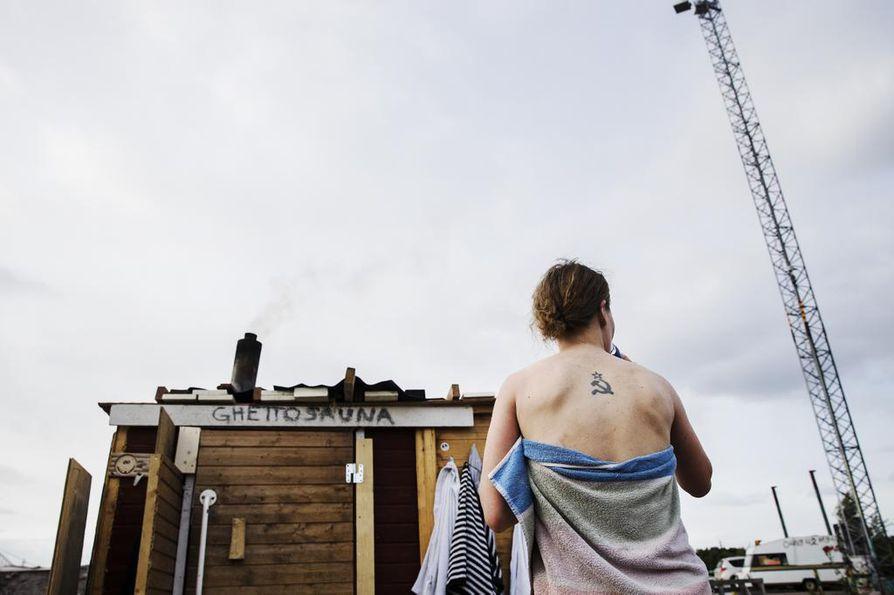 Saunassa paljastuvat tatuoinnit, jotka muuten jäävät asusteiden alle piiloon.