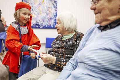 Lasten laulu ja kortit toivat joulun ikäihmisille – Tonttulakkipäivä ja -karuselli valloittavat Rovaniemen perjantaina