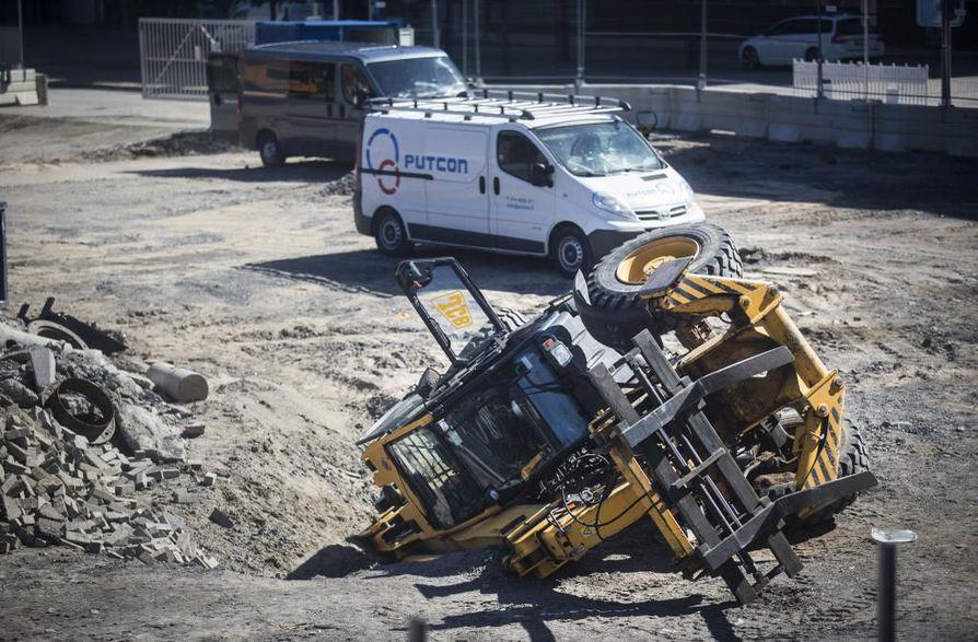 Torihotellin työmaalla kaatui maanantaina työkone.