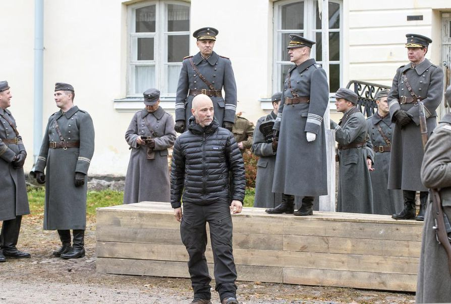 Tuntemattoman sotilaan kohtausta kuvatiin viime lokakuussa Suomenlinnassa. Ohjaaja Aku Louhimies kertoi, että Suomenlinna saatiin helposti lavastettua Petroskoiksi.
