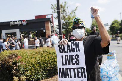 Uusi mustan miehen surma johti tuhopolttoon ja protesteihin Atlantassa – poliisit hälytettiin paikalle, koska mies oli nukahtanut ravintolan autokaistalle