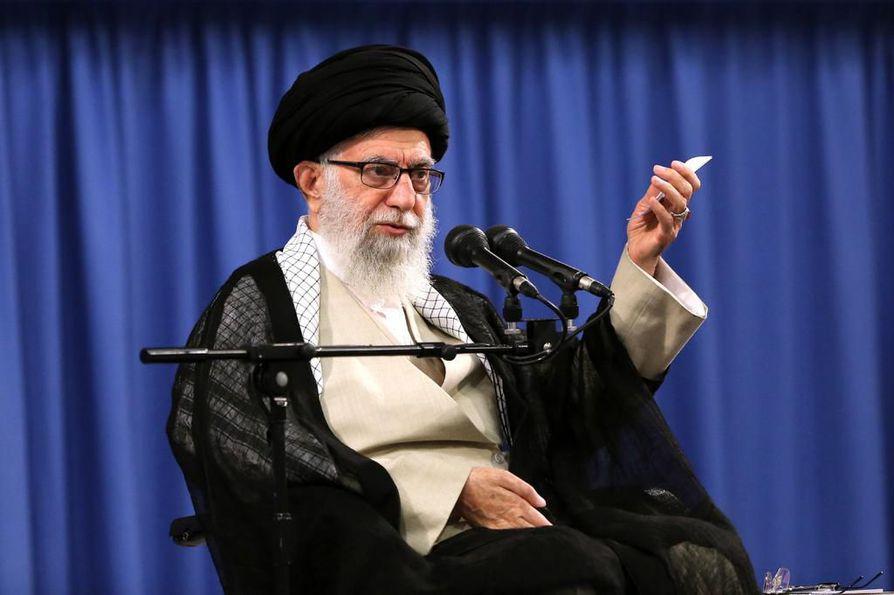 Iranin korkein johtaja Ali Khamenei ei ole osoittanut taipumisen merkkejä, vaikka Yhdysvaltojen talouspakotteet riuduttavat Iranin ja maan kansalaisten taloutta.
