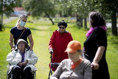 Itämaiset tanssijat ulkoiluttivat vanhuksia, mummot olivat mielissään