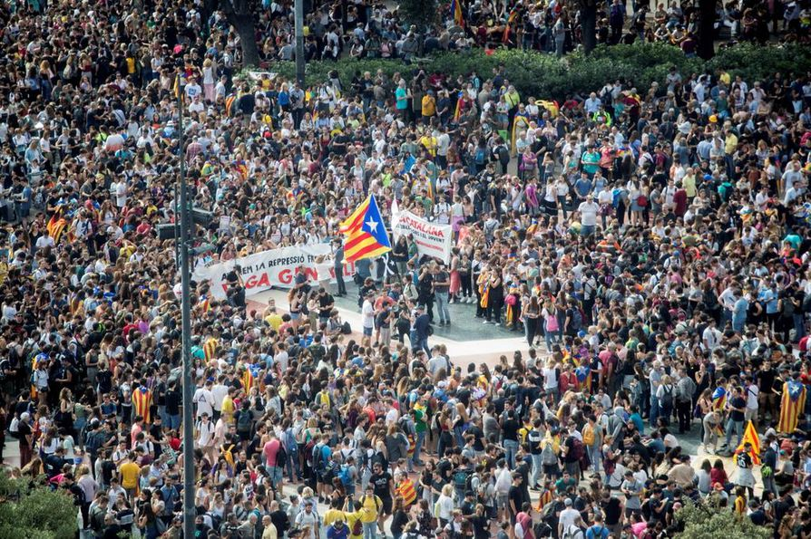 Tuhansia ihmisiä kokoontui Katalonia-aukiolle Barcelonaan maanantaina protestoimaan korkeimman oikeuden päätöstä.