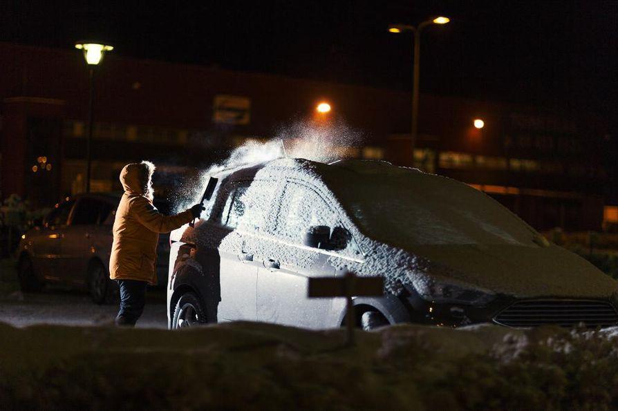 """Lohkolämmittimellä riittää 0,5–3 tunnin ja """"webastolla"""" 10–30 minuutin lämmitys, jotta läpikylmää autoa ei tarvitse kolata lumen alta."""
