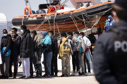Osa Välimerellä ajelehtineista siirtolaisista on pelastettu – yli sata ihmistä on yhä vaarassa