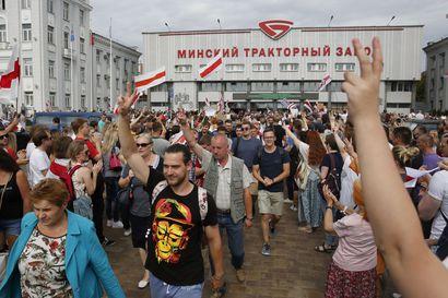 Valko-Venäjän presidentin Lukashenkon otteet kovenivat – määräsi poliisin puhdistamaan Minskin kadut mielenosoittajista