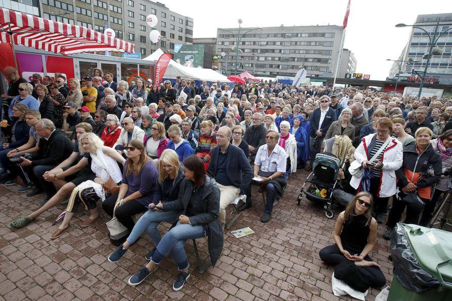 Runsaslukuinen yleisö seurasi puheenjohtajatenttiä Porissa.