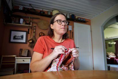 """Haukiputaalainen Mira Tuovinen teki ensimmäisen villapaitansa jo 9-vuotiaana – """"Kun ilma viilenee, neuloosi pahenee"""""""