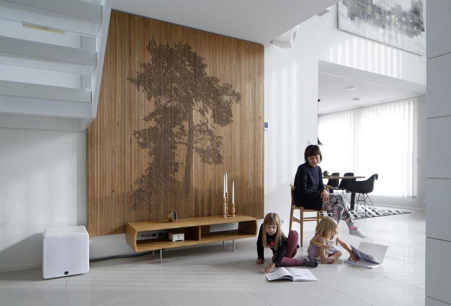 Pia Santala muutti miehensä Villen ja tyttäriensä Aadan ja Ainon kanssa Porin kesän 2018 asuntomessualueelle. Sisustussuunnittelija ehdotti eteisaulaan paneeliseinää.
