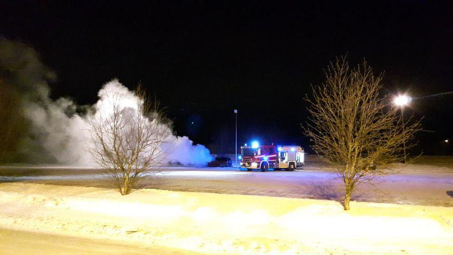 Autopalo tuprutti ilmoille sankat savut.