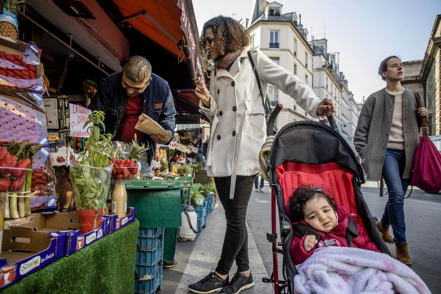 """Oliveira Rosany Costa teki aamulla Pariisin keskustassa ruokaostoksia 1-vuotiaan Oliveira Esther -tyttären kanssa. """"Olen peloissani, oikeastaan tunnetta voisi kuvailla paniikiksi."""""""