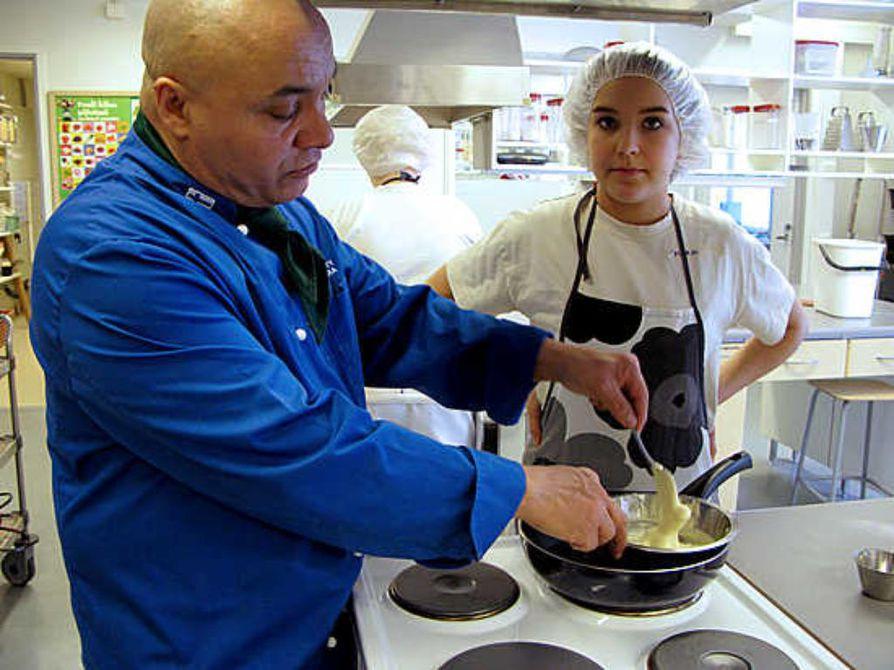 Ahmed Ladarsi tietää, mitä kaikkea mämmistä saa aikaan. Marjo Mustanhoja seuraa, kun valkosuklaata sulatetaan tryffeleitä varten.