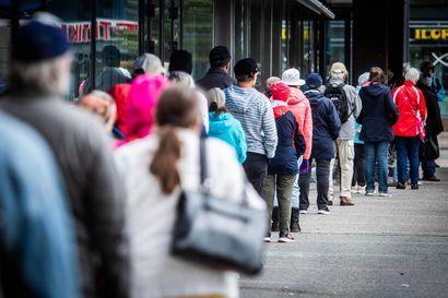 """Rovaniemen kasvomaskijono oli kadun mittainen – """"Ollaan niin kauan, että kaikki halukkaat saavat maskit"""""""