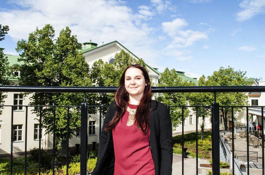 Joensuun Opiskelevat Porvarit -yhdistyksen puheenjohtaja Anne Pynttäri sanoo, että kuningas olisi hyvä arvojohtaja. Pynttärin vetämä yhdistys lähetti puoluekokoukseen vakavampiakin aloitteita, kuten opiskelijoiden tulorajojen nostovaatimuksen.