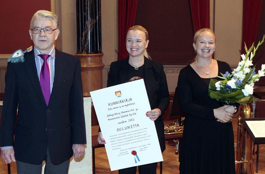 Etan arvonimen saivat tänä vuonna Harry Hammar ja Hammarin Sähkö Oy. Tunnustusta olivat vastaanottamassa myös Hammarin tyttäret Kristina Fredriksson (kesk.) ja Satu Hammar-Hutri (oik.).