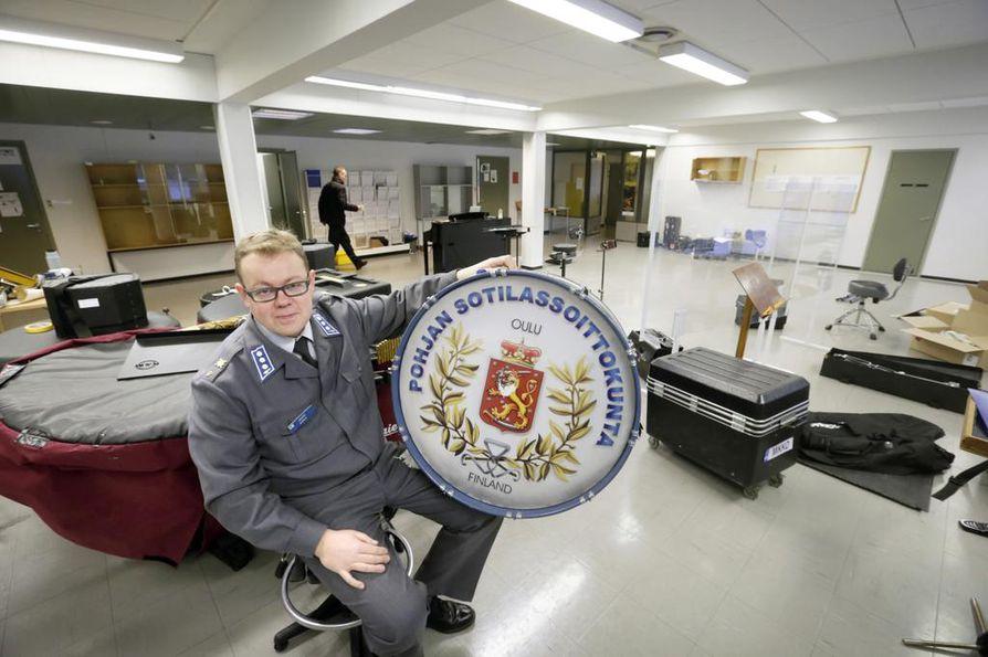 Musiikkikapteeni Jaakko Nurila istuu tyhjenevässä harjoitussalissa sylissään Pohjan sotilassoittokunnan isorumpu, joka pääsee Rovaniemellä kunniapaikalle. Kapellimestarinkin mielessä sekoittuvat lähdön haikeus ja uuden odotus.