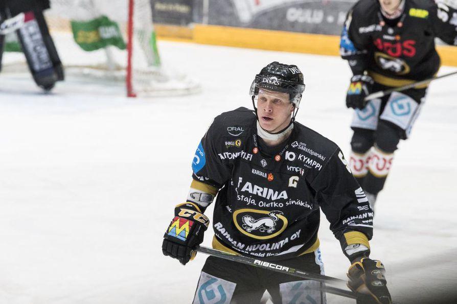 Lasse Kukkosen rinnassa ei enää nähdä C-kirjainta.
