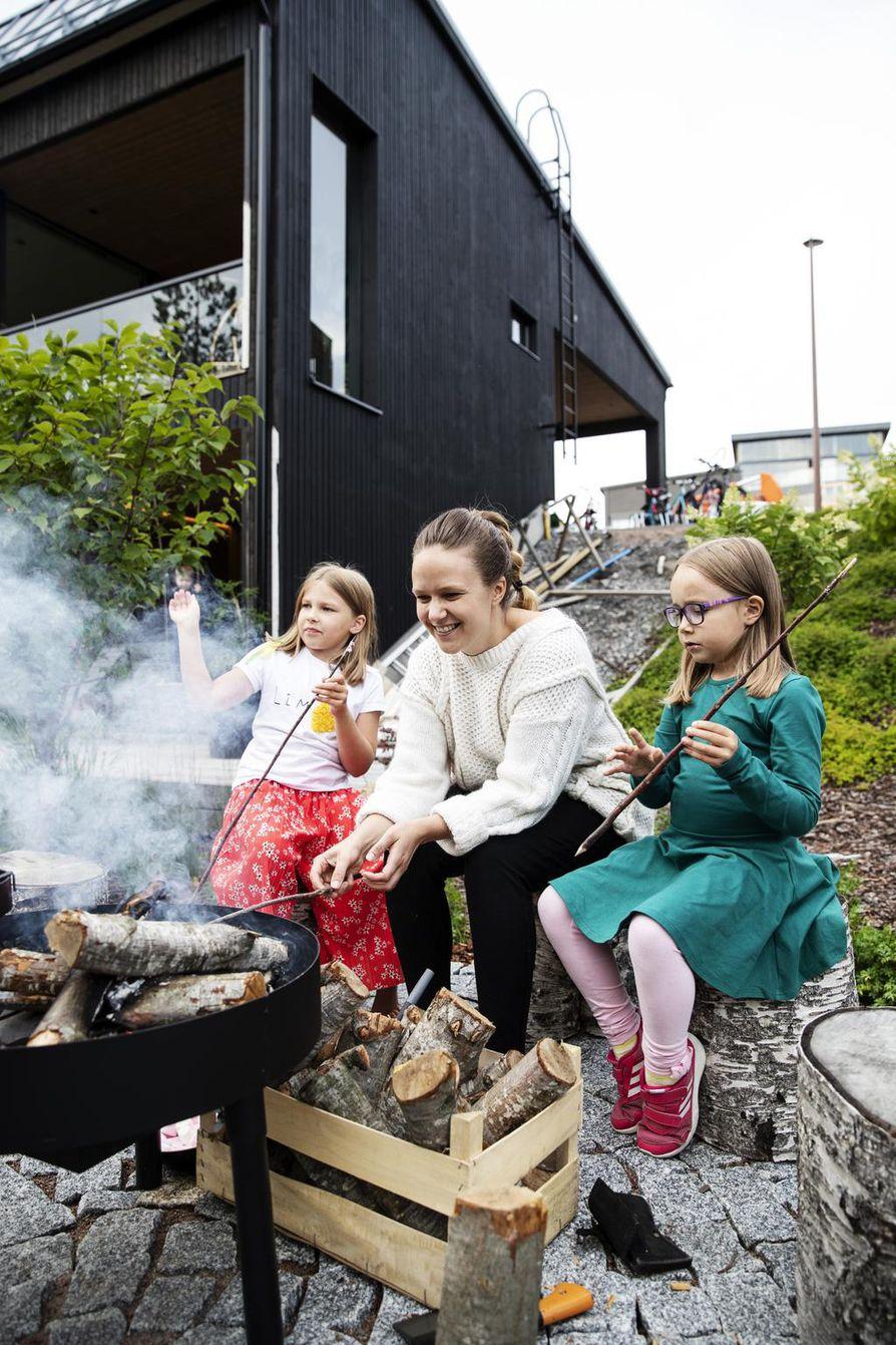 Silva, Elina ja Minea Kristo aikovat syksyn mittaan paistaa vaahtokarkkien lisäksi myös makkaraa ja lettuja.