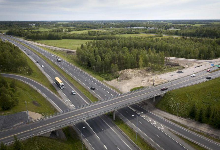 Oulunportin alue tulee toiselle puolelle Pohjantietä kuin Kaakkuri. Moottoritien ali suunnitellaan uutta katuyhteyttä. Arkistokuva.