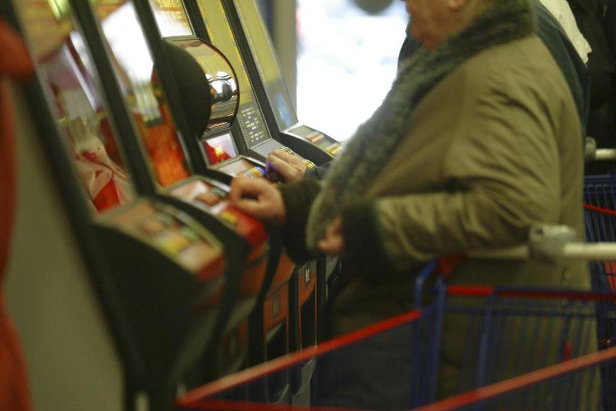 Veikkaus on luvannut parantaa tapansa. Rahapeliautomaattien määrää vähennetään jo ensi vuonna ja vuoden 2021 alusta automaattipelaamiseen otetaan käyttöön pakollinen tunnistautuminen.